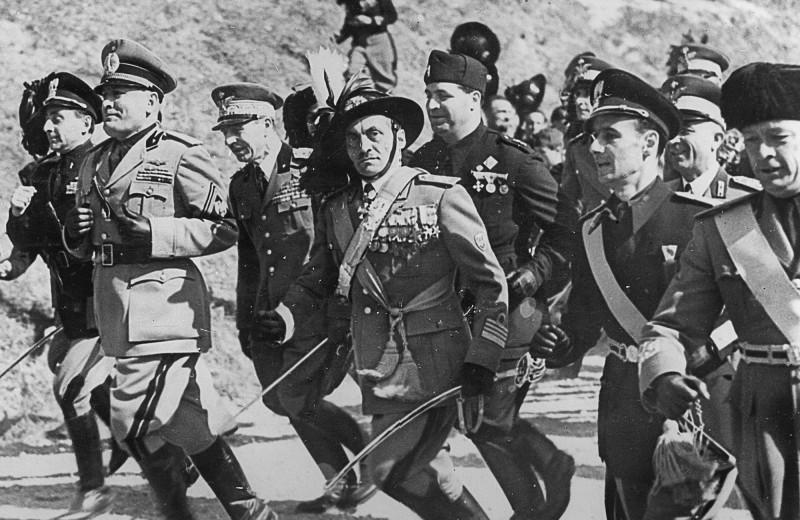 Бенито Муссолини во главе офицерского забега