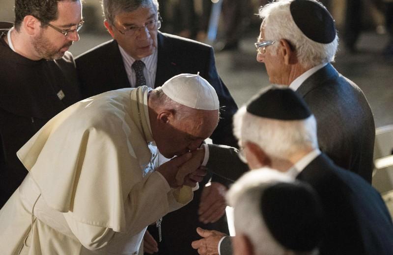 Папа Франциск I целует руку пережившему холокост