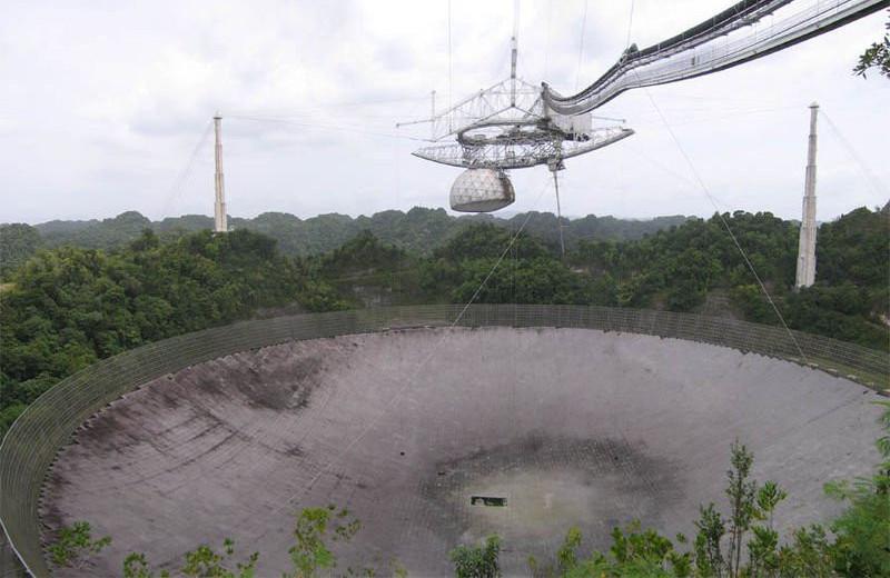 Радиотелескоп в Аресибо, который планировали снести, рухнул сам