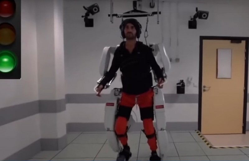 Экзоскелет вернул способность ходить парализованному человеку: видео
