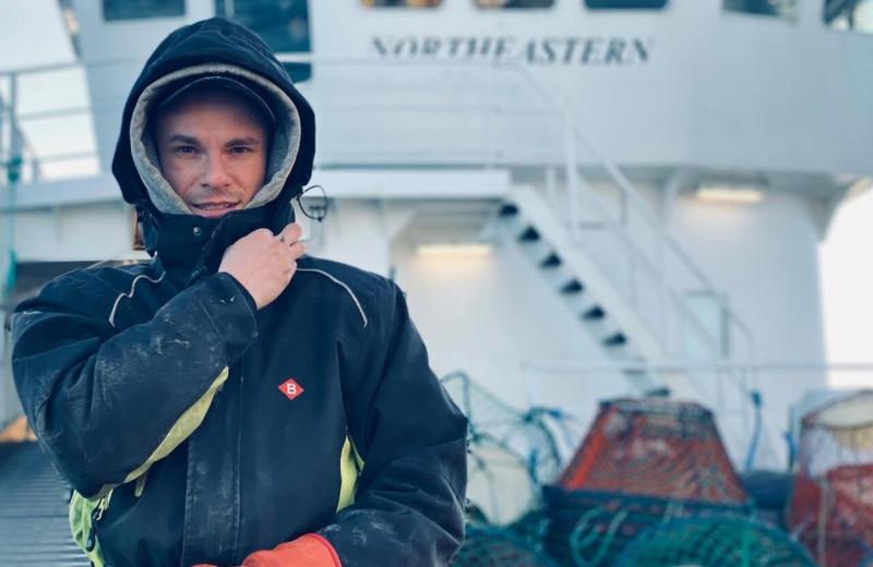«В месяц уходит пять пар перчаток, потому что крабы кусаются»: чем занимается и сколько зарабатывает моряк-краболов