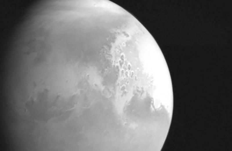 Китайский зонд долетел до Марса и сделал первый снимок
