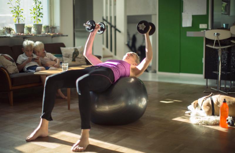 12 упражнений с гантелями для домашней тренировки