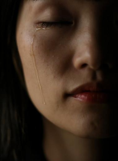 «Она знала, что должна быть ребенком и женщиной одновременно»: книга о том, как пережить насилие