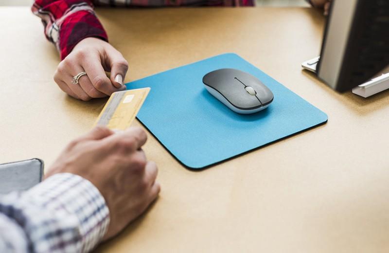 Банки выдают карты подросткам. К чему готовиться родителям?