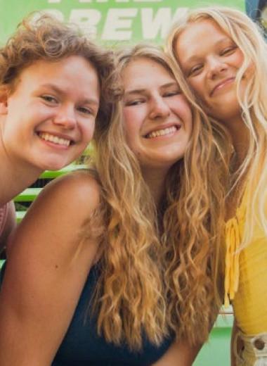 Три девушки, которые встречались с одним парнем, бросили его и подружились