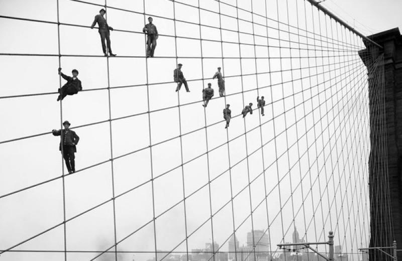 История одной фотографии: рабочие на тросах Бруклинского моста, октябрь 1914 года