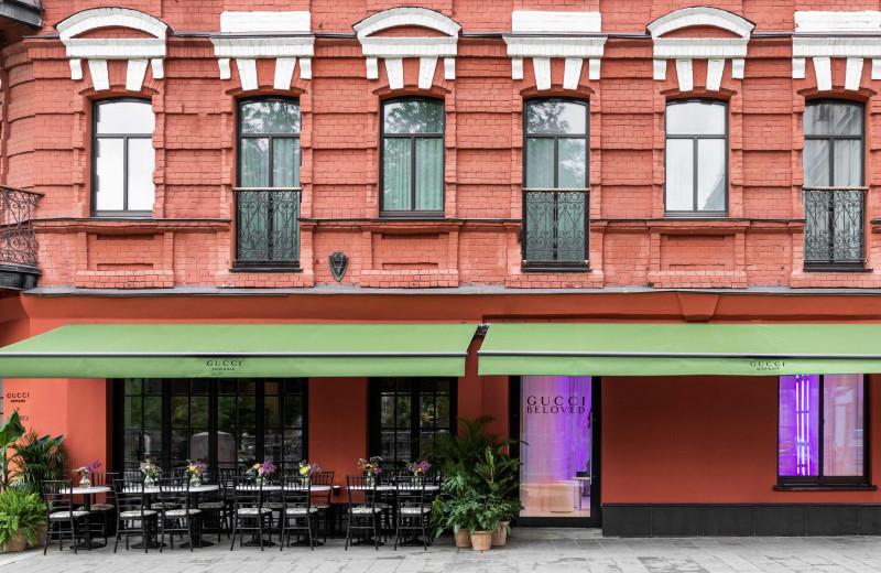 Все и сразу: почему модные бренды открывают в своих магазинах кафе и рестораны и где искать Gucci Shop & Bar в Москве