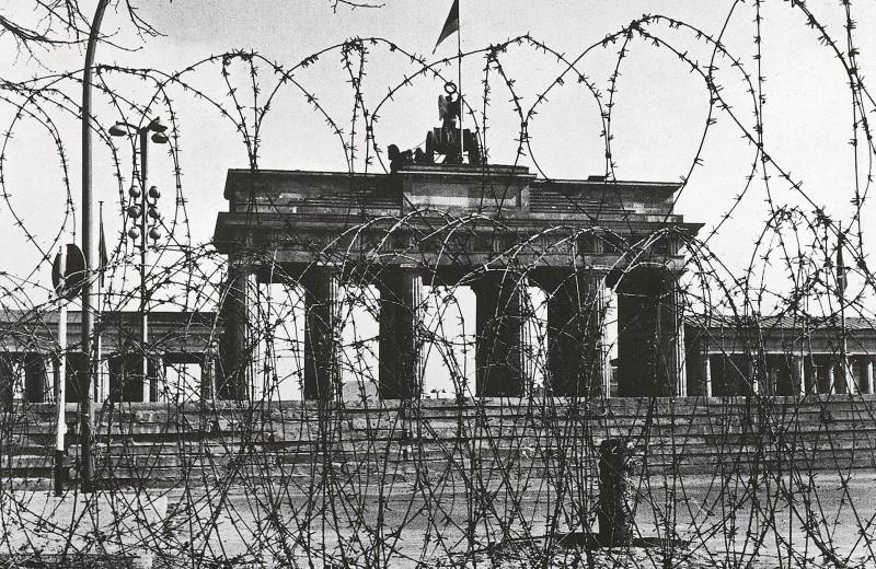 Ровно 30 лет назад пала Берлинская стена — символ и линия фронта холодной войны: вспоминаем ее историю