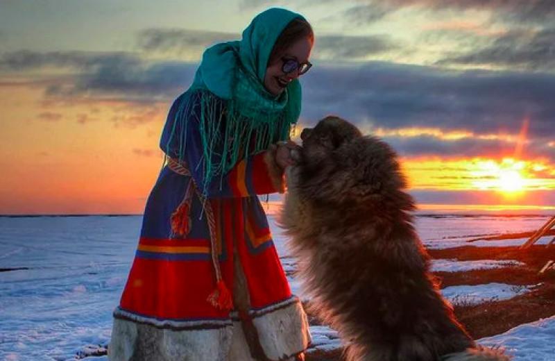 «Мы все – шаманы и пьем кровь на завтрак»: мифы про оленеводов опровергает девушка, выросшая в тундре