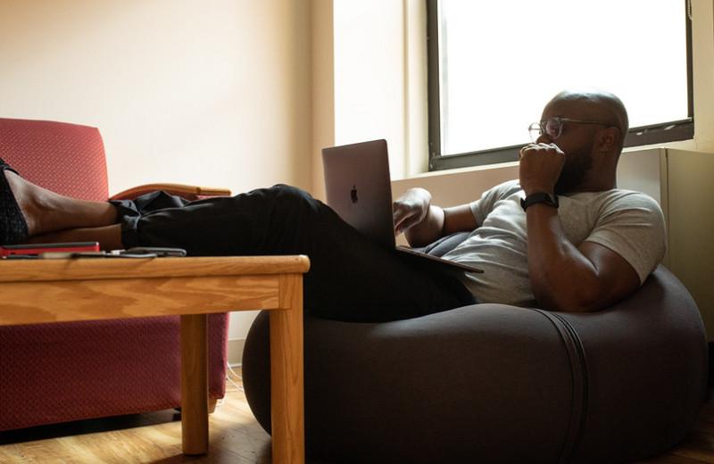 6секретов, которые помогают облегчить головную боль и спокойно работать из дома