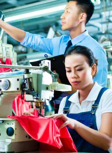 Производительность работников на фабрике выросла на 10%, когда они начали общаться между собой, а не слушать менеджера