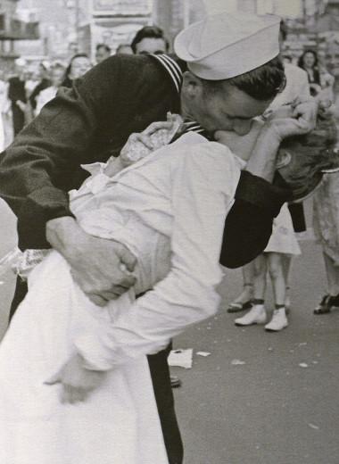 История одной фотографии: моряк целует медсестру на Таймс-сквер