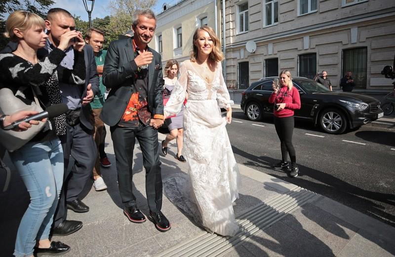 Свадьба-буффонада: Собчак и Богомолов приехали в ЗАГС в катафалке, а уехали на лошади