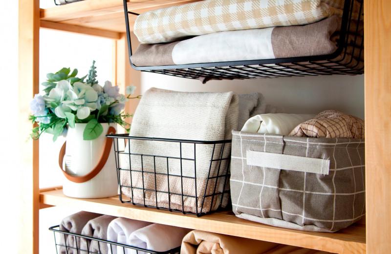 Cosmo-лайфхаки: как хранить вещи, если в квартире нет места для гардеробной?