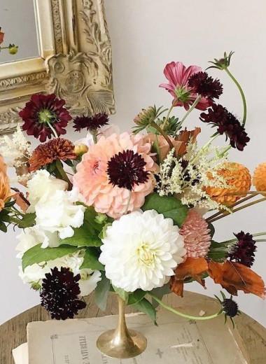 Не только букеты в вазе: почему флористический декор стал интерьерным трендом и как украсить свой дом цветами