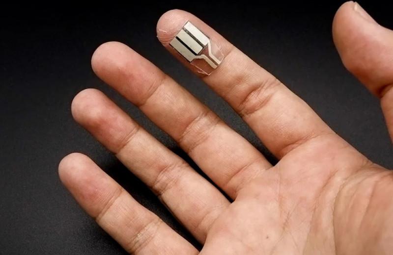 Крошечное устройство на кончике пальца генерирует энергию из пота человека даже во время сна