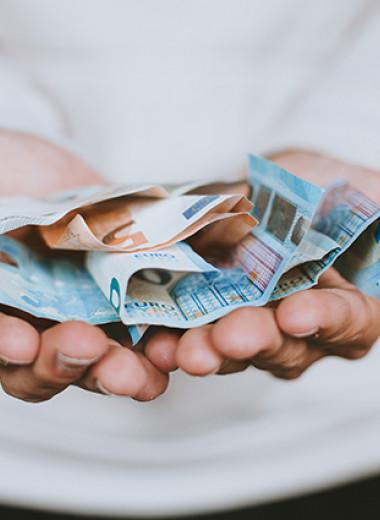 Что делать, если муж тратит все деньги семьи
