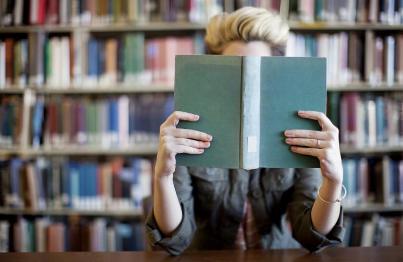 Сильная и независимая: 5 женских книг, которые стоит прочитать этим летом