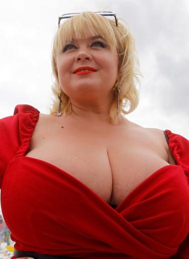 «Незнакомцы подходят и трогают ее»: как живут женщины с очень большой грудью
