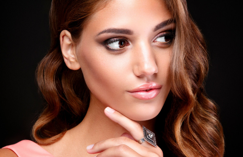 Трендовые бьюти-образы: 16 идей стильного макияжа для карих глаз
