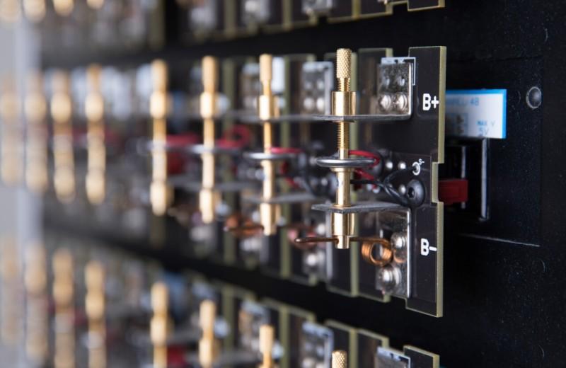 Учёные нашли способ увеличить ёмкость аккумуляторов с помощью сурьмы: как это работает и есть ли альтернативы