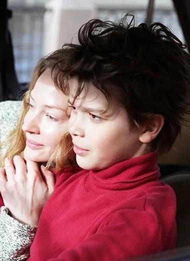 Фильму «Скажи ей» удается быть эмоциональным, но картина слишком манипулирует зрителем