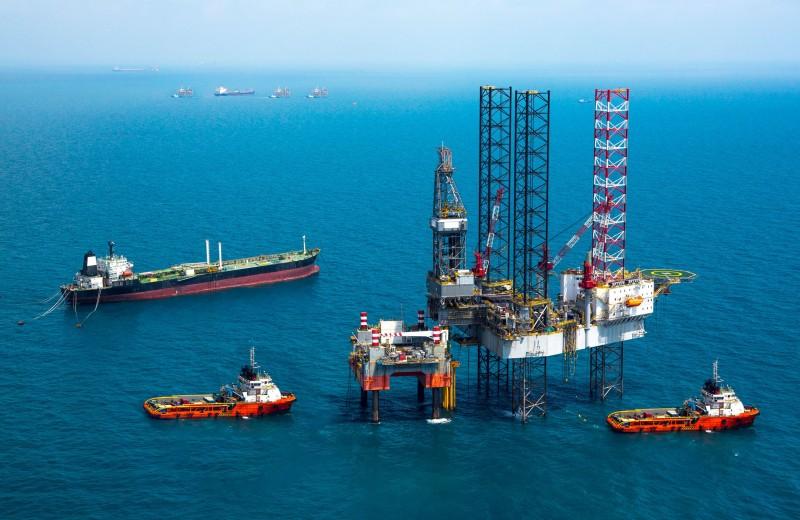 В мире до сих пор добывают больше нефти, чем нужно. Почему?