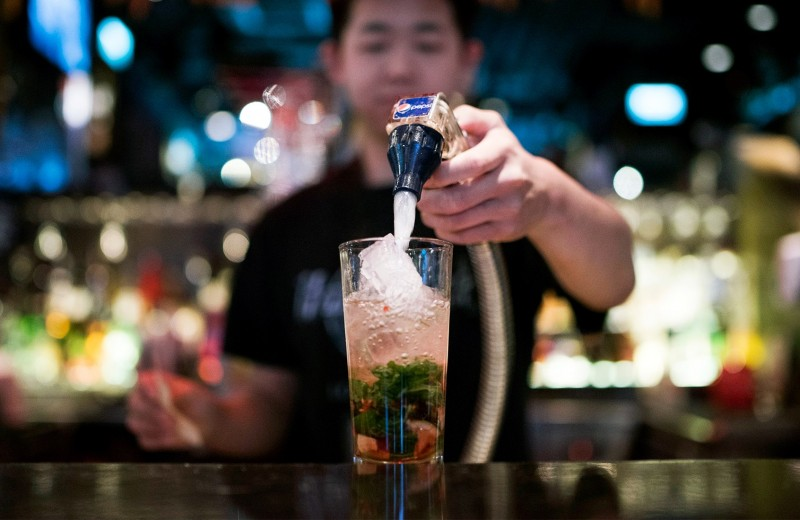 Расцвет крафта и коктейли в Instagram: Bloomberg назвал главные алкогольные тренды десятилетия