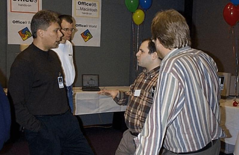 Инженеры сами не знали, что умеет программа, а пользователи просили её упростить: так Microsoft создавала Office в 90-х