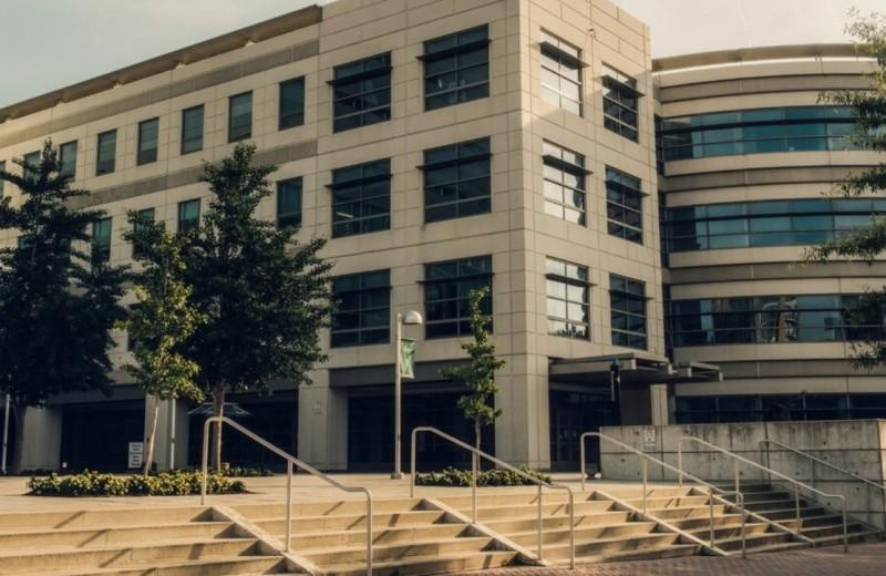 NYT: Amazon, Google и Qualcomm платят миллионы долларов американскому университету, чтобы «подружиться» с регуляторами