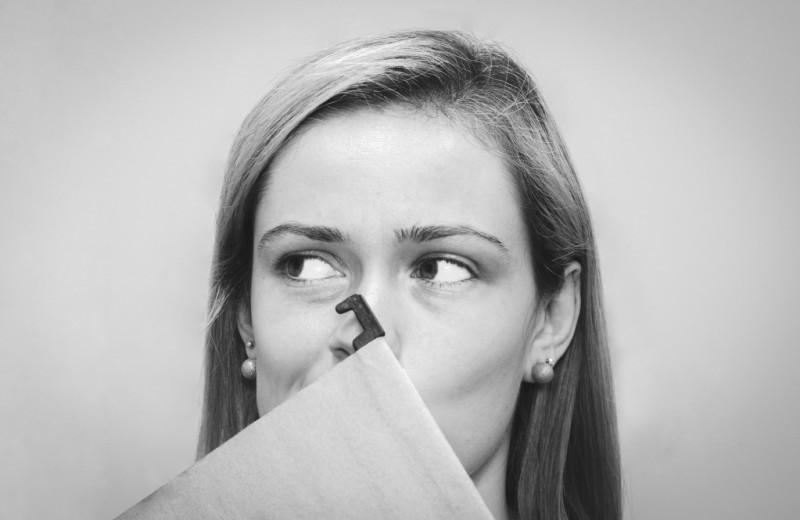 Как понять, что девушка влюблена в тебя, но скрывает: 13 важных признаков