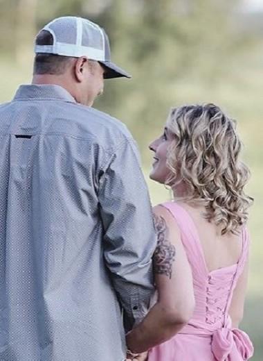 Пара устроила романтичную фотосессию, где муж бреет жену налысо (но все не просто так)