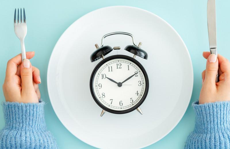 Полный гид по интервальному голоданию: когда и что есть, чтобы похудеть