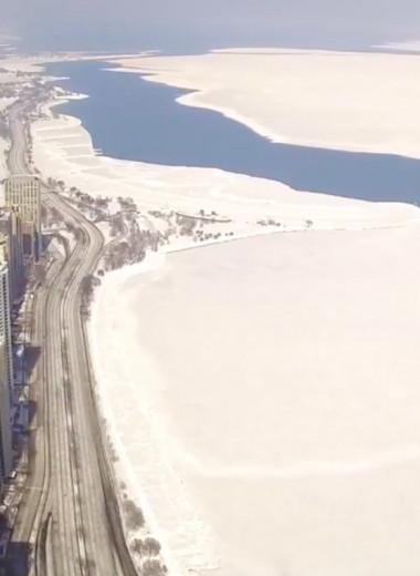 Гигантский пласт льда отрывается от берега и уплывает в озеро Мичиган: видео