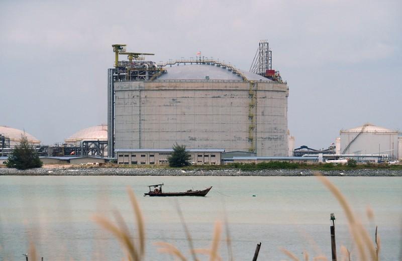 «Кто-то зарабатывает на таком падении»: почему нефть снова дешевеет?