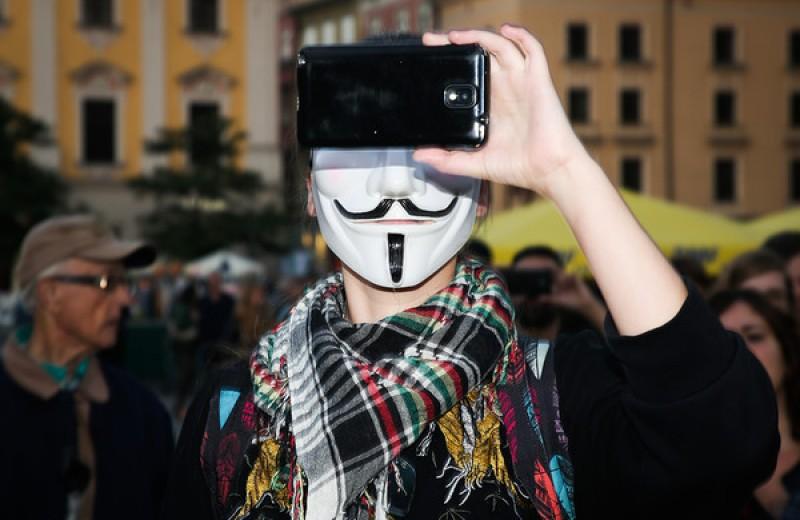 Госдума приняла в первом чтении законопроекты об ответственности за фейки и оскорбление власти в интернете