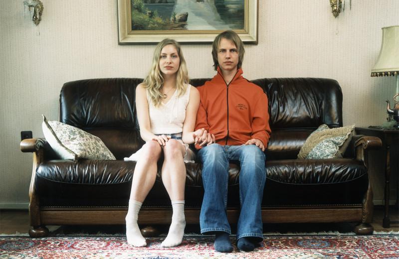 Самые популярные позы для сидения на диване с девушкой и что они значат