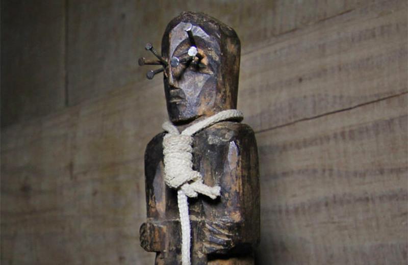 Темное зеркало, детский гроб и жуткий клоун: экспонаты музея паранормального