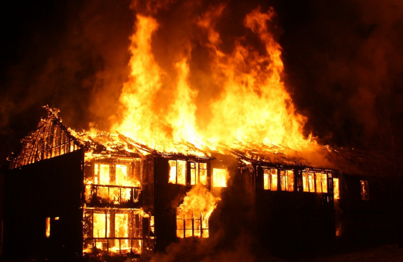 Женщина чуть не сгорела заживо, спасая своих детей из огня