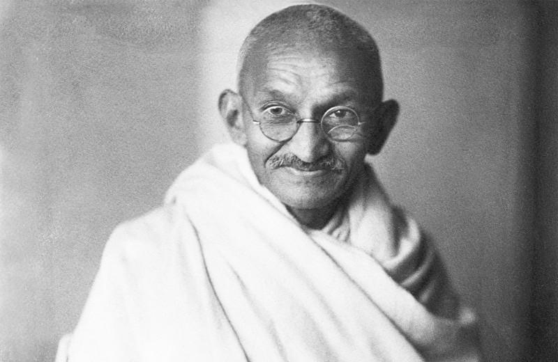 Почему тысячи людей приезжали посмотреть, как Махатма Ганди медитирует?