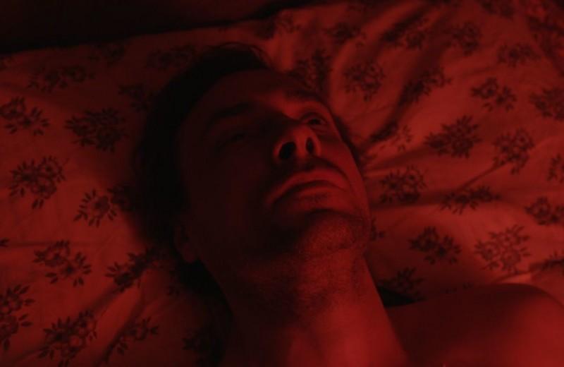 """""""Человек, который удивил всех"""": Евгений Цыганов в красном платье обманывает смерть"""