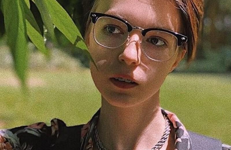 «Хочется вернуться домой, где мой отец никого не убивал»: дочь Ефремова рассказала об аварии отца и своей небинарности