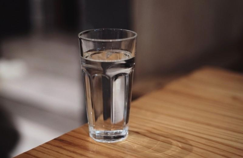Правда ли нужно пить два литра воды в день? А как пить во время тренировок?