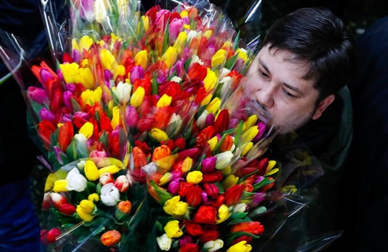 «Украшение коллектива»: что не так с празднованием 8 марта в России