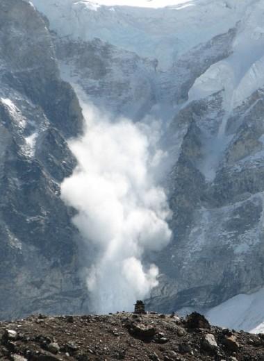 Лавина накрывает лыжников: видео