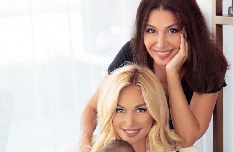 Кто круче? Звёздные дочери и их мамы, которые выглядят как сестры