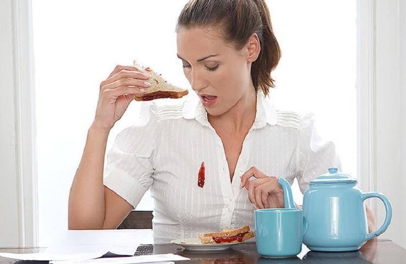 Большая стирка: как быстро отмыть помаду, тональный крем и красное вино с одежды