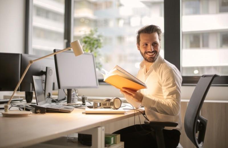 Можно ли мужчинам носить шорты в офис? Отвечают эксперты и известные женщины