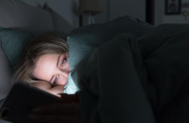 Ложитесь в постель со смартфоном в руках? Прислушайтесь к этим советам